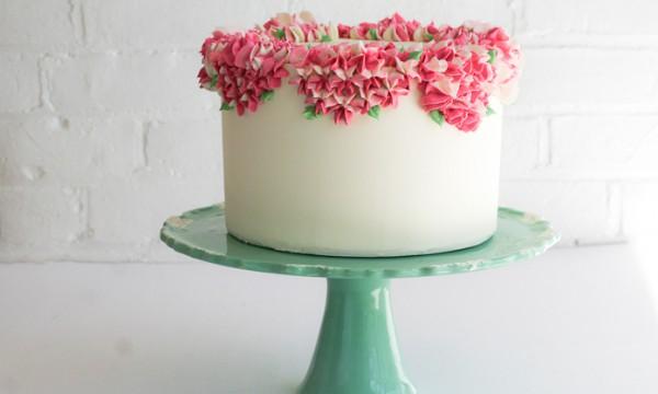 Украсить торт гортензиями из масляного крема – это просто!