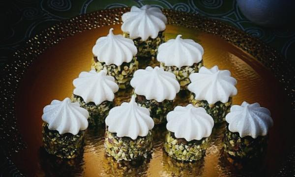Сладости для веганов. Шоколадное пирожное с кардамоновой меренгой и кремом из авокадо и фиников