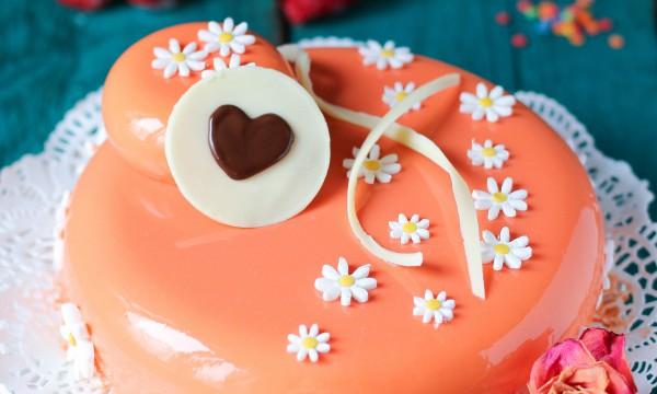 """Торт """"Марципановый мусс с абрикосами и клубникой"""""""