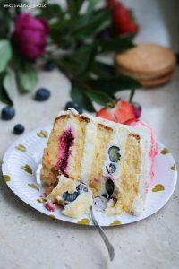 торт с вишней и голубикой