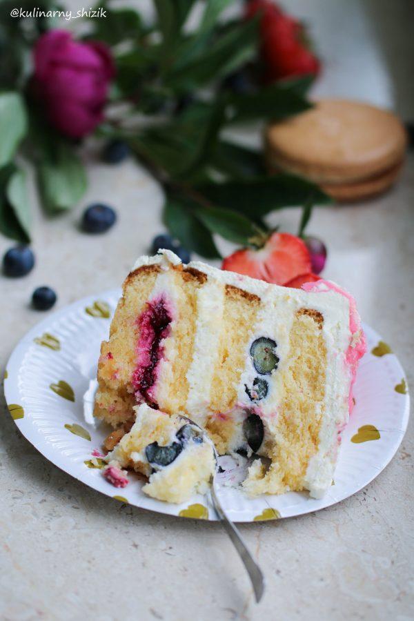Торт с вишневой начинкой, голубикой и крим чизом