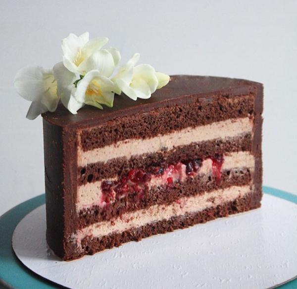 Авторский рецепт шоколадного торта с клюквой