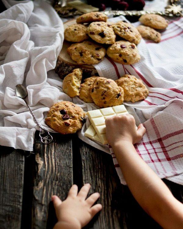 Печенье с белым шоколадом и клюквой