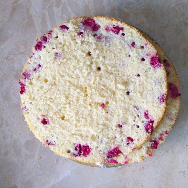 Бисквит на горячем молоке с ягодами